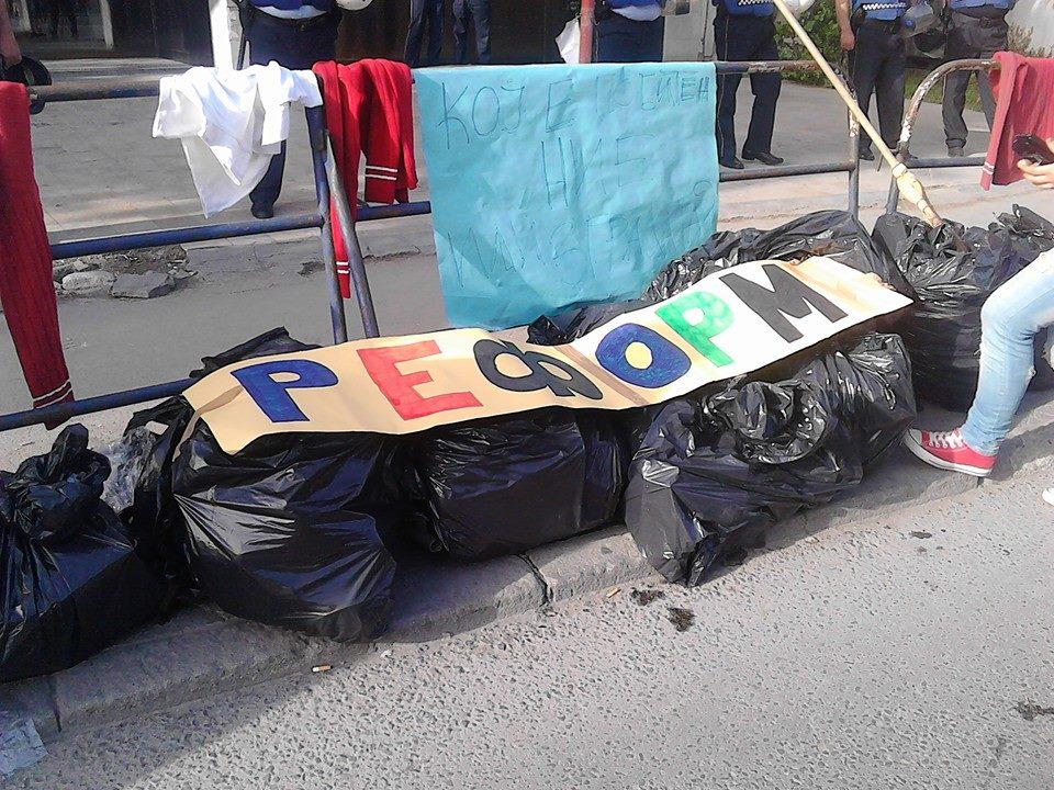 Средношколците заедно со своите родители и наставници протестираа пред МОН