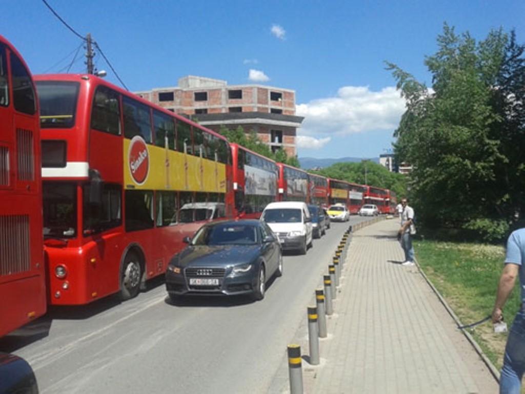 ЈСП протестира пред СДСМ: Пред седиштето на партијата паркирани десетина автобуси