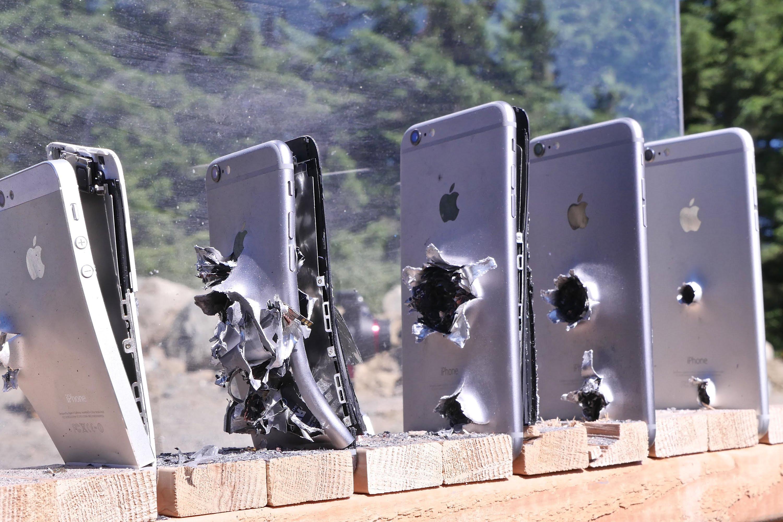 """Тест на издржливост: Колку """"ајфони"""" се потребни за да се запре куршум"""
