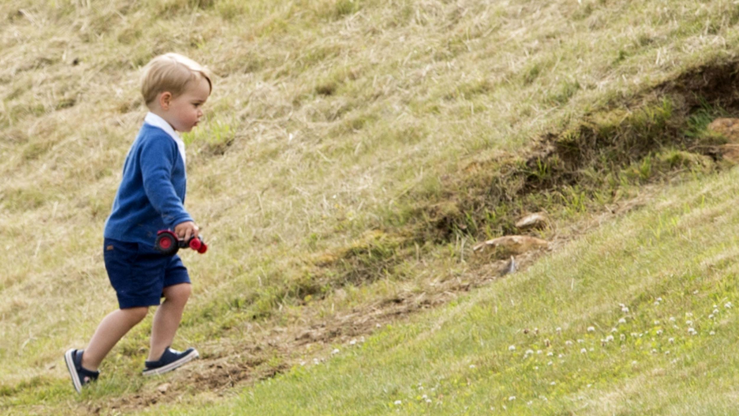 """Принцот Џорџ го врати модниот тренд: Обуквите """"Крокс"""" се повторно во мода"""