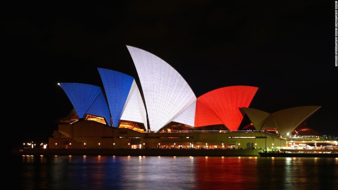 ФОТО: Светот обоен во сино, бело и црвено за Франција