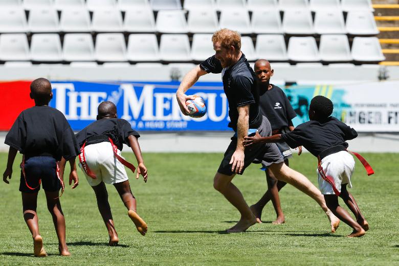 ФОТО: Принцот Хари играше рагби со јужноафрикански деца