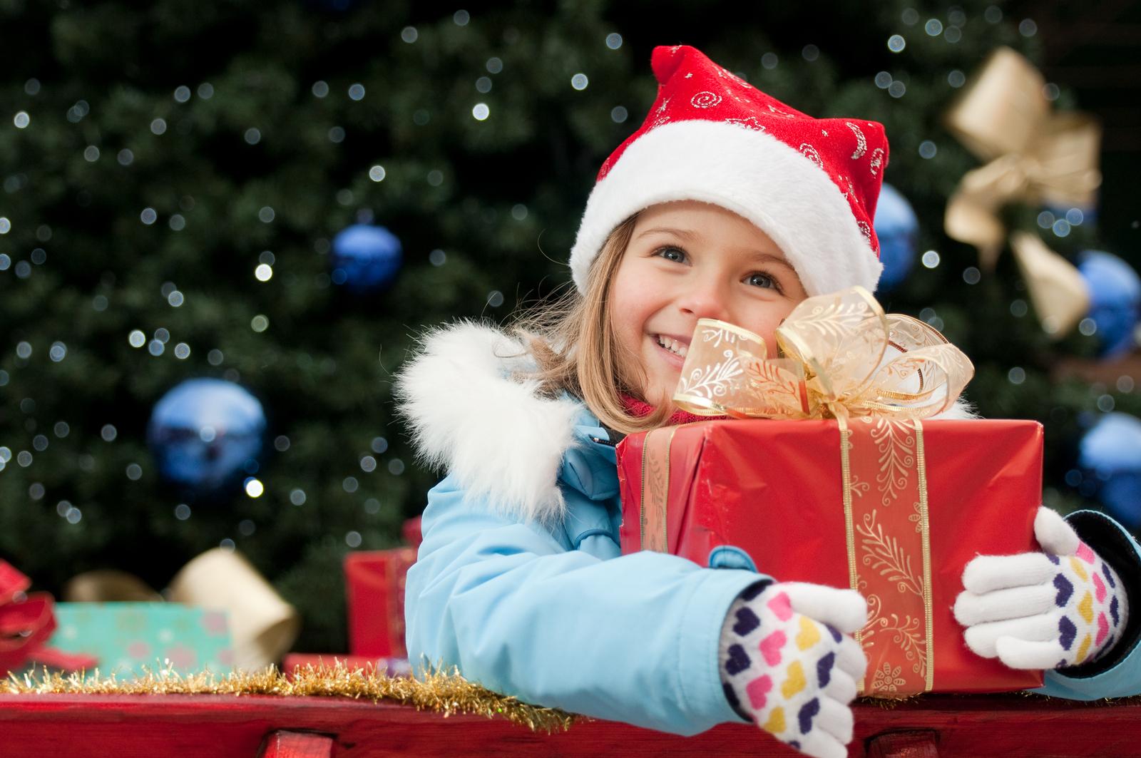 НОВОГОДИШНИ ПОДАРОЦИ: Дали да им овозможите на децата се што ќе посакаат?