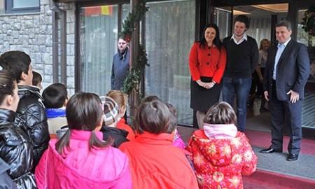 КОЛЕДЕ: Децата од раните утрински часови го најавија Христовото раѓање