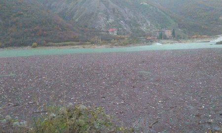 СТРАШНА СЛИКА: Дебарско Езеро преполно со пластичен отпад (ФОТО)