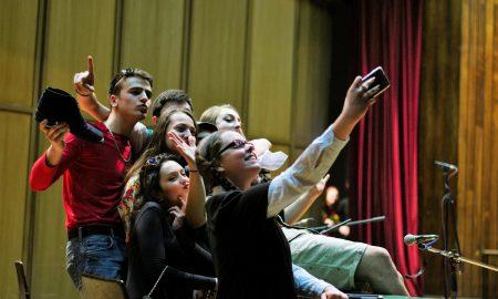 ХУМАНОСТ НА ДЕЛО: Љубов е кога Корчагинци играат на сцена за своите учители (ФОТО)