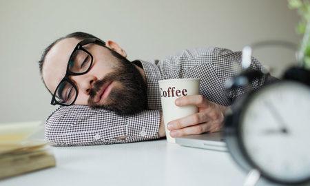 Комбинацијата на кафе и попладневна дремка за кратко време ја враќа енергијата