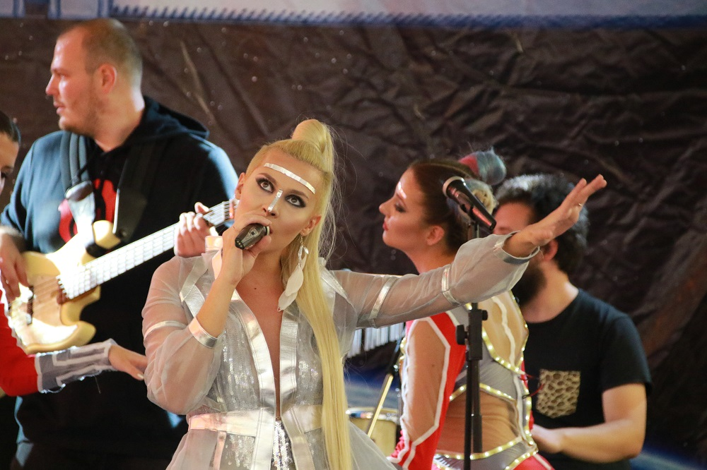 Сребрената космонаутка Сара Мејс блескаше на својот концерт