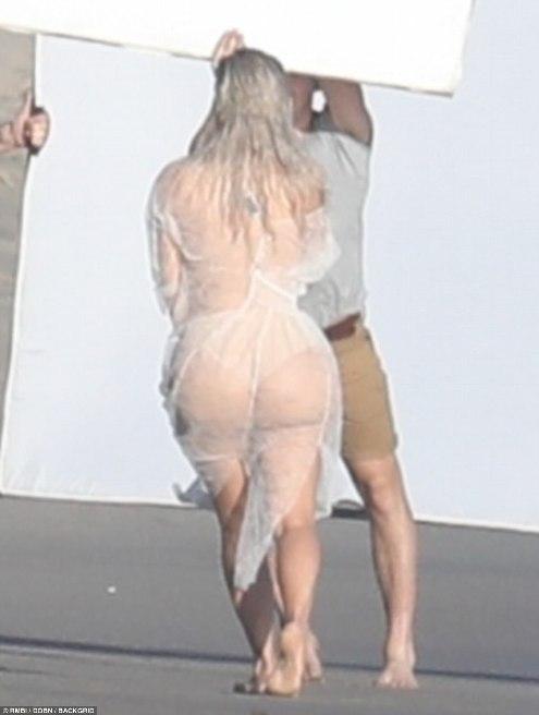 ПАПАРАЦО ФОТО: Ким Кардашијан во проѕирен фустан правеше фотосесија на плажа
