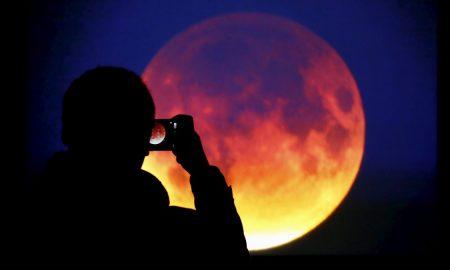 """Феноменот """"сина крвава супермесечина"""" го осветли небото ширум светот (ФОТОГАЛЕРИЈА)"""
