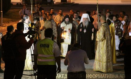 Благодатниот оган од Ерусалим пристигна во Скопје (ФОТО)