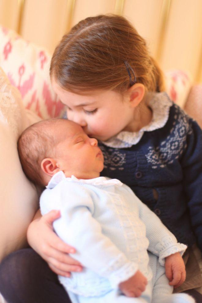 ГО РАЗНЕЖНИ СВЕТОТ: Принцезата Шарлот го бакна принцот Луи (ФОТО)